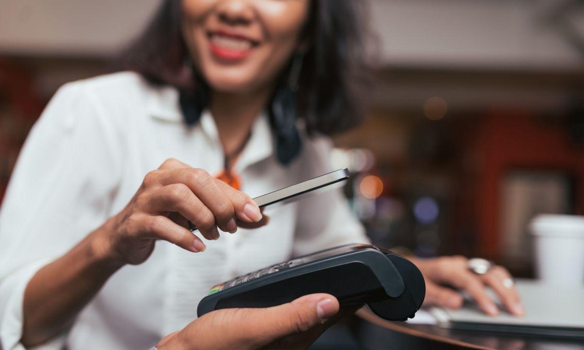 «Для вас есть отличное предложение». Visa запустила оплату в ресторанах через «Алису» от «Яндекса»